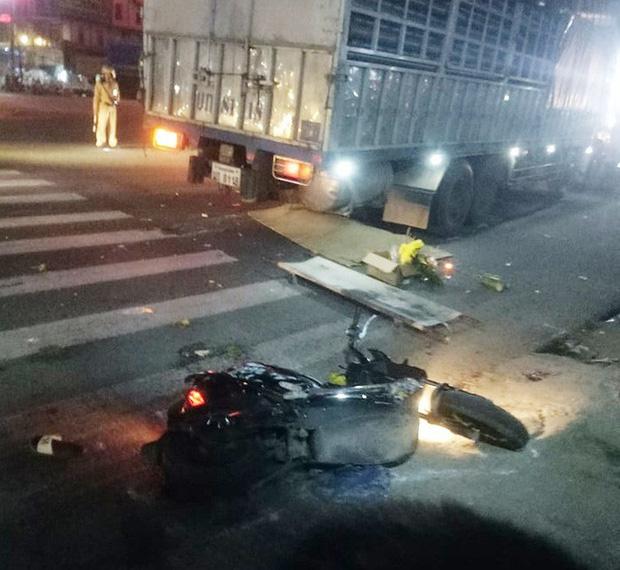 Xe tải biển nước ngoài tông xe máy dừng chờ đèn đỏ, vợ tử vong, chồng trọng thương-1