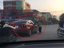 Người phụ nữ lái ôtô đỗ xe giữa đường để đi chợ