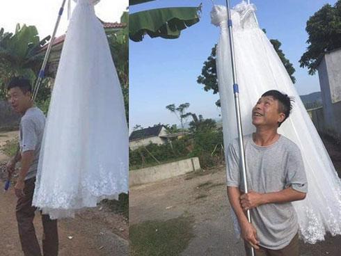 Quá vui mừng khi con gái thoát ế, ông bố gánh váy cưới diễu hành khắp làng trong sung sướng