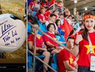 Tú Anh khoe quả bóng Tiến Linh tặng con trai