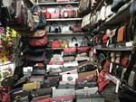 Hàng loạt túi xách nghi nhái Louis Vuitton, Gucci được bán ở The Manor-2