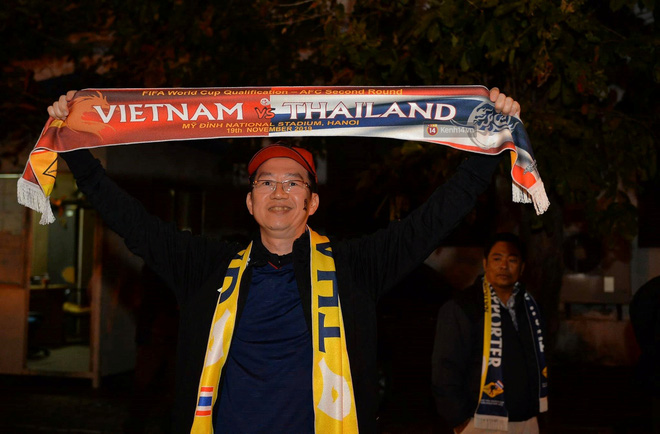 CĐV đồng loạt vỗ tay khi Anh Đức được tung vào sân, đá trận cuối cùng trong màu áo ĐT Việt Nam-59