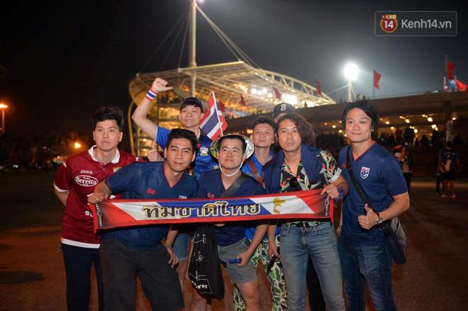 CĐV đồng loạt vỗ tay khi Anh Đức được tung vào sân, đá trận cuối cùng trong màu áo ĐT Việt Nam-58