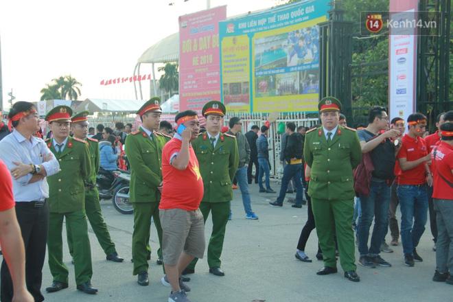 CĐV đồng loạt vỗ tay khi Anh Đức được tung vào sân, đá trận cuối cùng trong màu áo ĐT Việt Nam-66