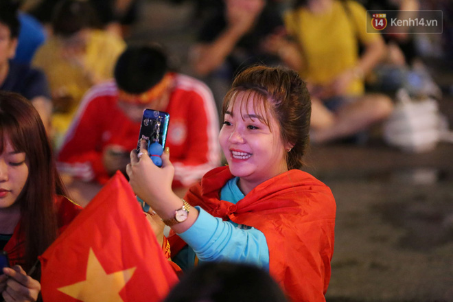 CĐV đồng loạt vỗ tay khi Anh Đức được tung vào sân, đá trận cuối cùng trong màu áo ĐT Việt Nam-54
