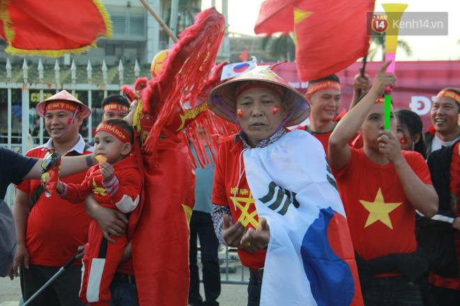 CĐV đồng loạt vỗ tay khi Anh Đức được tung vào sân, đá trận cuối cùng trong màu áo ĐT Việt Nam-64
