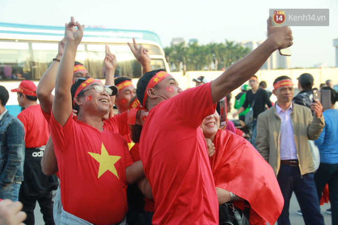 CĐV đồng loạt vỗ tay khi Anh Đức được tung vào sân, đá trận cuối cùng trong màu áo ĐT Việt Nam-63