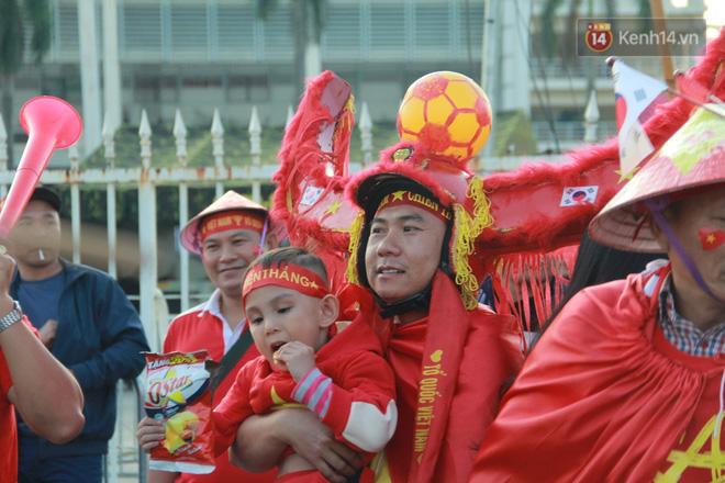 CĐV đồng loạt vỗ tay khi Anh Đức được tung vào sân, đá trận cuối cùng trong màu áo ĐT Việt Nam-62