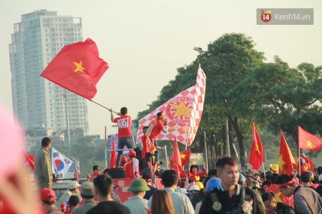 CĐV đồng loạt vỗ tay khi Anh Đức được tung vào sân, đá trận cuối cùng trong màu áo ĐT Việt Nam-61