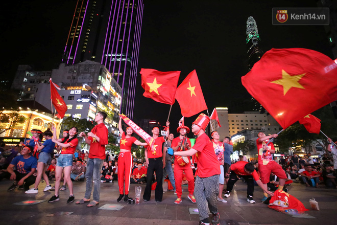 CĐV đồng loạt vỗ tay khi Anh Đức được tung vào sân, đá trận cuối cùng trong màu áo ĐT Việt Nam-50