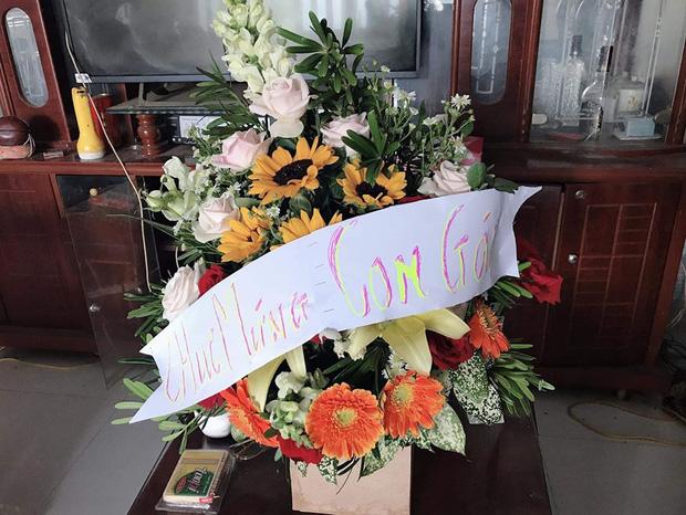 Thương con gái làm giáo viên dạy vùng sâu vùng xa, ông bố gửi hoa chúc mừng 20/11 kèm dòng chữ tự viết đầy xúc động-1