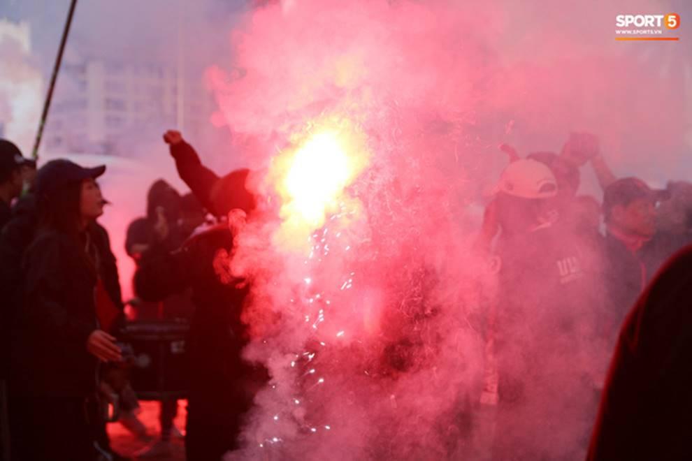 Fan Thái Lan thuê xê ôm Việt Nam diễu hành tới Mỹ Đình và cái kết khiến ai cũng phì cười-1