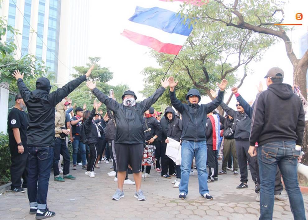 Fan Thái Lan thuê xê ôm Việt Nam diễu hành tới Mỹ Đình và cái kết khiến ai cũng phì cười-3