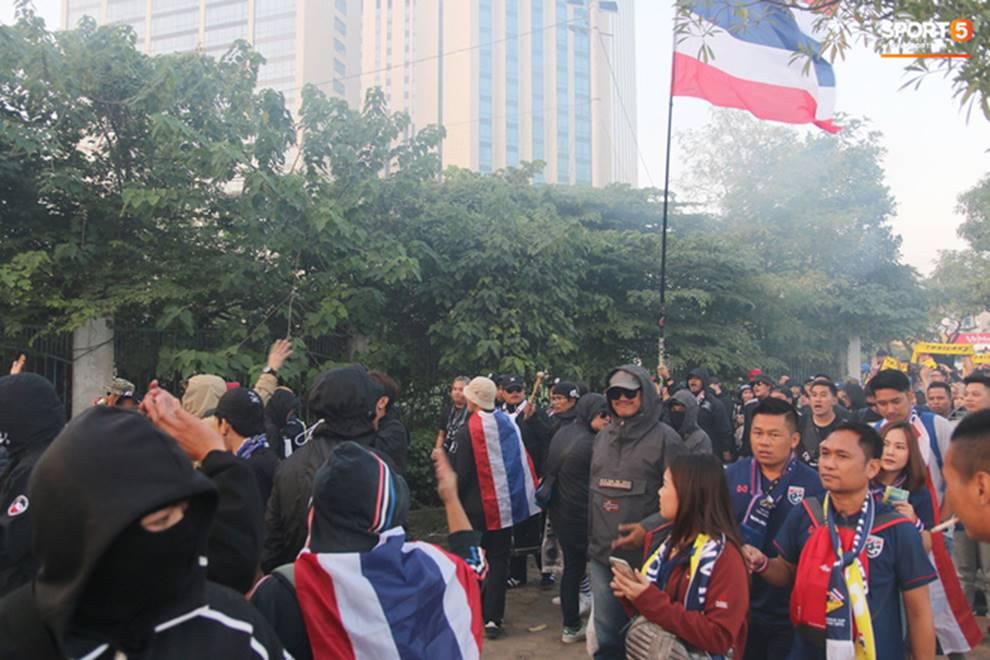 Fan Thái Lan thuê xê ôm Việt Nam diễu hành tới Mỹ Đình và cái kết khiến ai cũng phì cười-4
