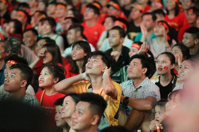 CĐV đồng loạt vỗ tay khi Anh Đức được tung vào sân, đá trận cuối cùng trong màu áo ĐT Việt Nam-38