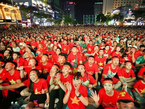 CĐV Việt Nam vui sướng hò hét sau pha cứu thua thần sầu của Văn Lâm trên chấm 11 mét