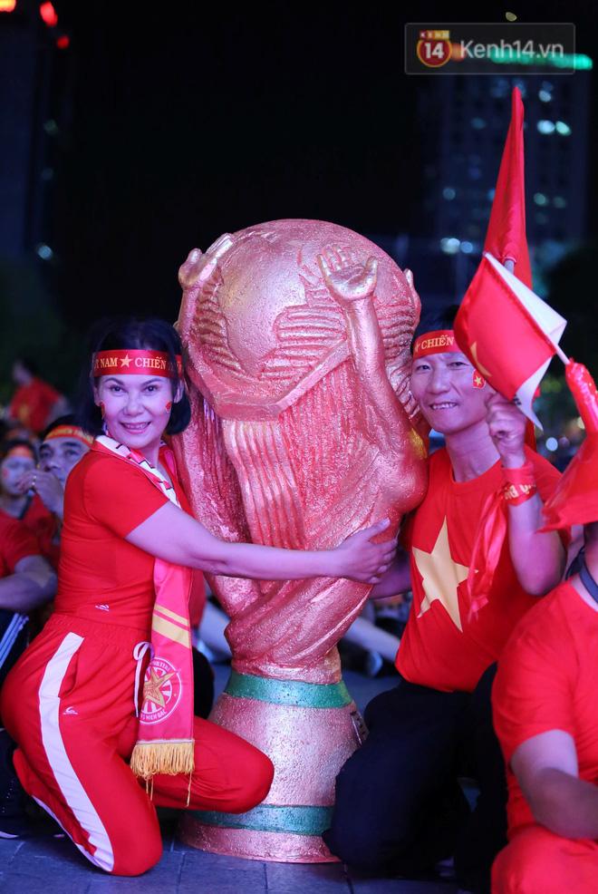 CĐV đồng loạt vỗ tay khi Anh Đức được tung vào sân, đá trận cuối cùng trong màu áo ĐT Việt Nam-45