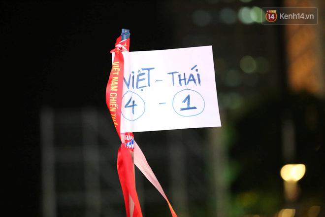 CĐV đồng loạt vỗ tay khi Anh Đức được tung vào sân, đá trận cuối cùng trong màu áo ĐT Việt Nam-46