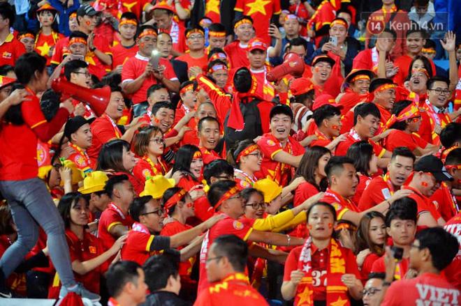 CĐV đồng loạt vỗ tay khi Anh Đức được tung vào sân, đá trận cuối cùng trong màu áo ĐT Việt Nam-39