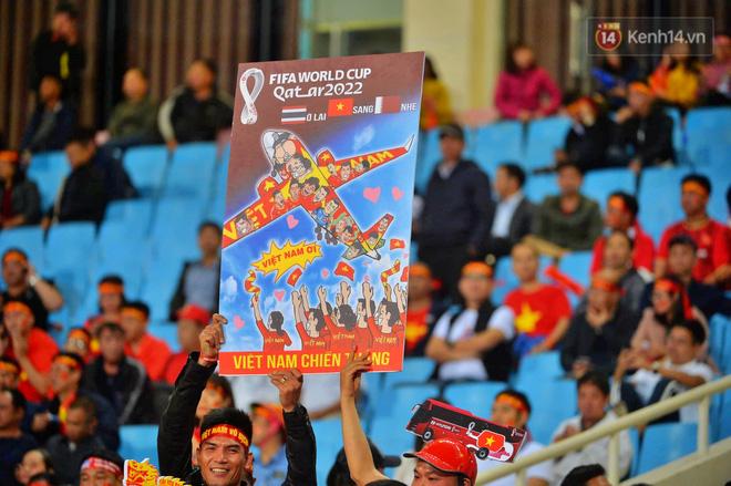 CĐV đồng loạt vỗ tay khi Anh Đức được tung vào sân, đá trận cuối cùng trong màu áo ĐT Việt Nam-41