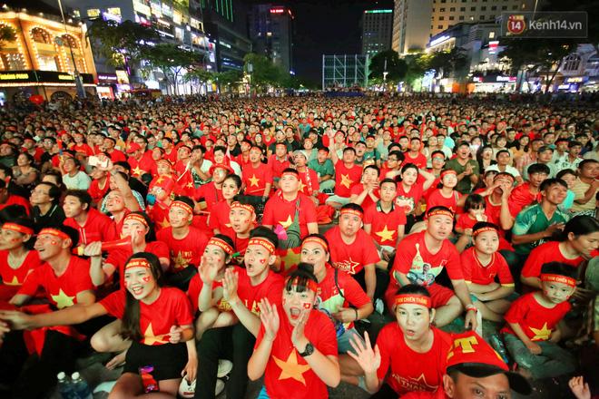 CĐV đồng loạt vỗ tay khi Anh Đức được tung vào sân, đá trận cuối cùng trong màu áo ĐT Việt Nam-36