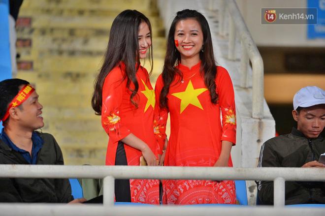 CĐV đồng loạt vỗ tay khi Anh Đức được tung vào sân, đá trận cuối cùng trong màu áo ĐT Việt Nam-42