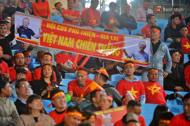CĐV đồng loạt vỗ tay khi Anh Đức được tung vào sân, đá trận cuối cùng trong màu áo ĐT Việt Nam-44