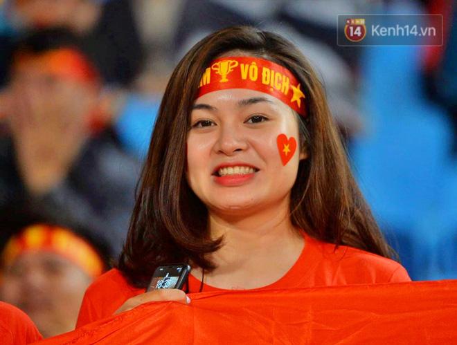 CĐV đồng loạt vỗ tay khi Anh Đức được tung vào sân, đá trận cuối cùng trong màu áo ĐT Việt Nam-43