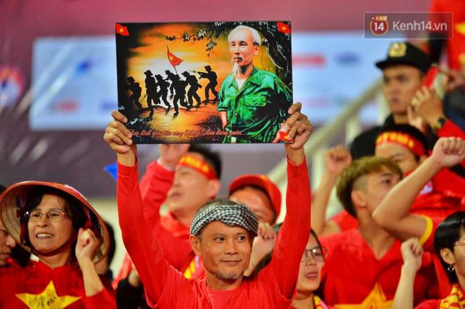 CĐV đồng loạt vỗ tay khi Anh Đức được tung vào sân, đá trận cuối cùng trong màu áo ĐT Việt Nam-40