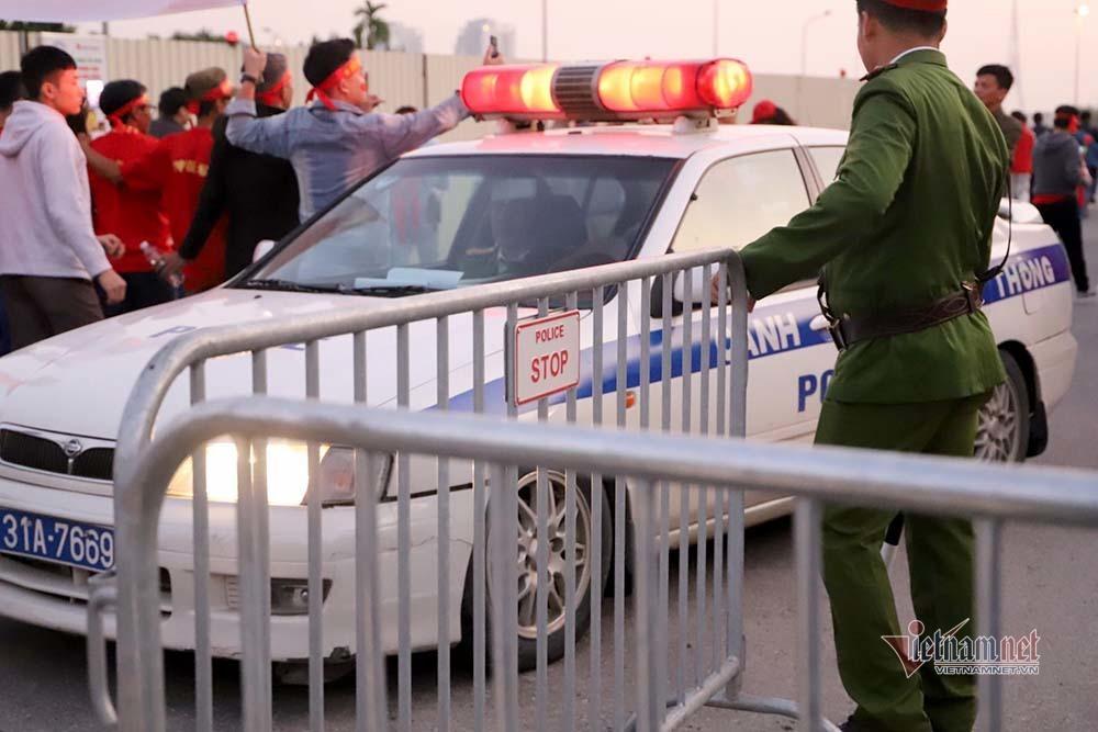 An ninh dày đặc quanh SVĐ Mỹ Đình trước trận Việt Nam vs Thái Lan-2