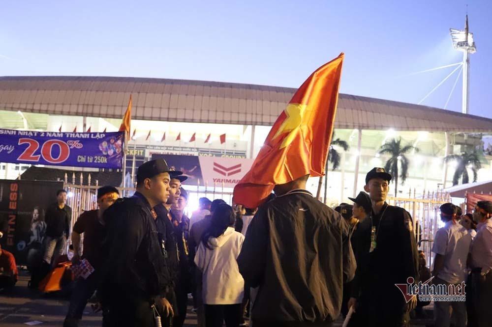 An ninh dày đặc quanh SVĐ Mỹ Đình trước trận Việt Nam vs Thái Lan-4