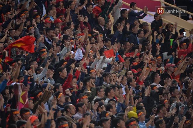 CĐV đồng loạt vỗ tay khi Anh Đức được tung vào sân, đá trận cuối cùng trong màu áo ĐT Việt Nam-26