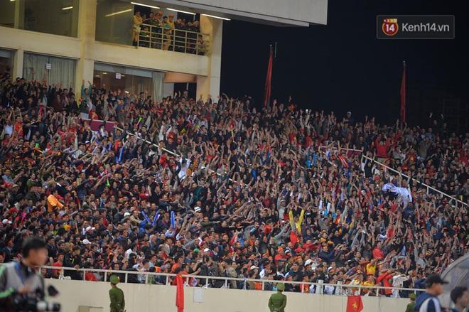 CĐV đồng loạt vỗ tay khi Anh Đức được tung vào sân, đá trận cuối cùng trong màu áo ĐT Việt Nam-27