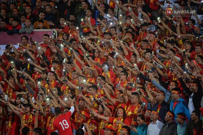 CĐV đồng loạt vỗ tay khi Anh Đức được tung vào sân, đá trận cuối cùng trong màu áo ĐT Việt Nam-28