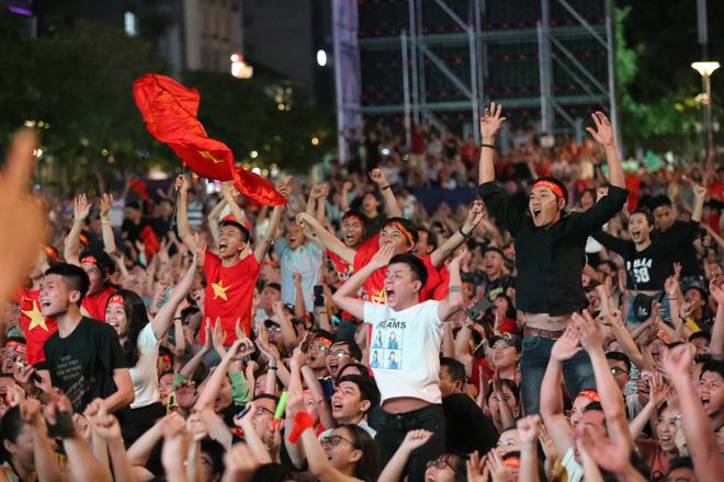 CĐV đồng loạt vỗ tay khi Anh Đức được tung vào sân, đá trận cuối cùng trong màu áo ĐT Việt Nam-21