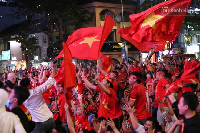 CĐV đồng loạt vỗ tay khi Anh Đức được tung vào sân, đá trận cuối cùng trong màu áo ĐT Việt Nam-22