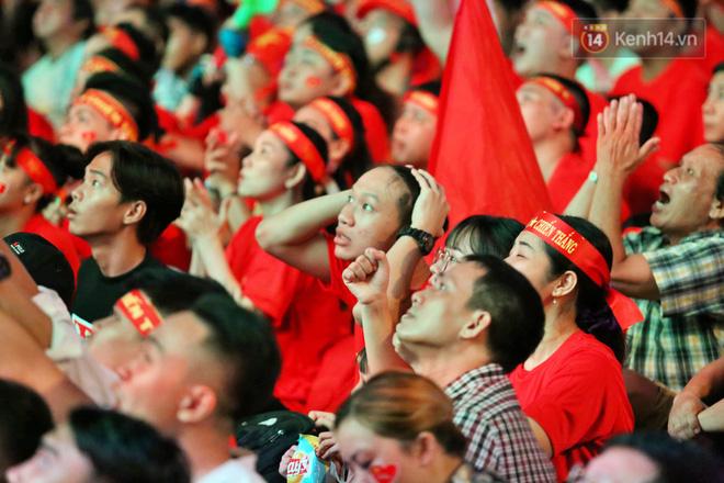 CĐV đồng loạt vỗ tay khi Anh Đức được tung vào sân, đá trận cuối cùng trong màu áo ĐT Việt Nam-24