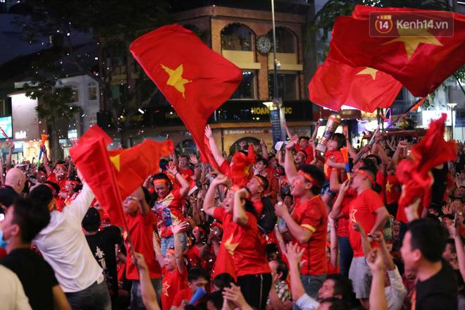 CĐV đồng loạt vỗ tay khi Anh Đức được tung vào sân, đá trận cuối cùng trong màu áo ĐT Việt Nam-23