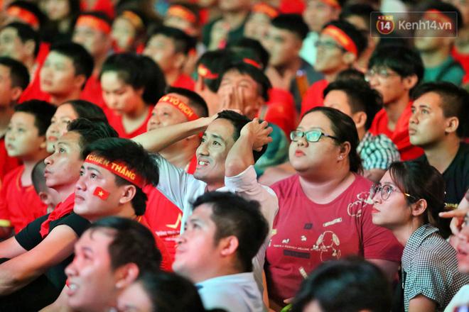 CĐV đồng loạt vỗ tay khi Anh Đức được tung vào sân, đá trận cuối cùng trong màu áo ĐT Việt Nam-25