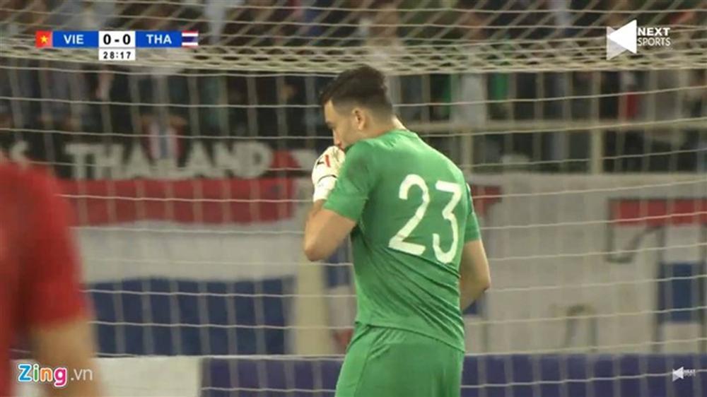 Văn Lâm hôn quốc kỳ sau khi cản penalty-3