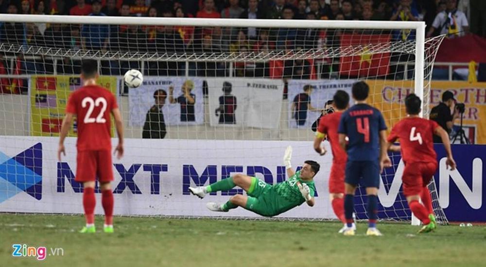 Văn Lâm hôn quốc kỳ sau khi cản penalty-1
