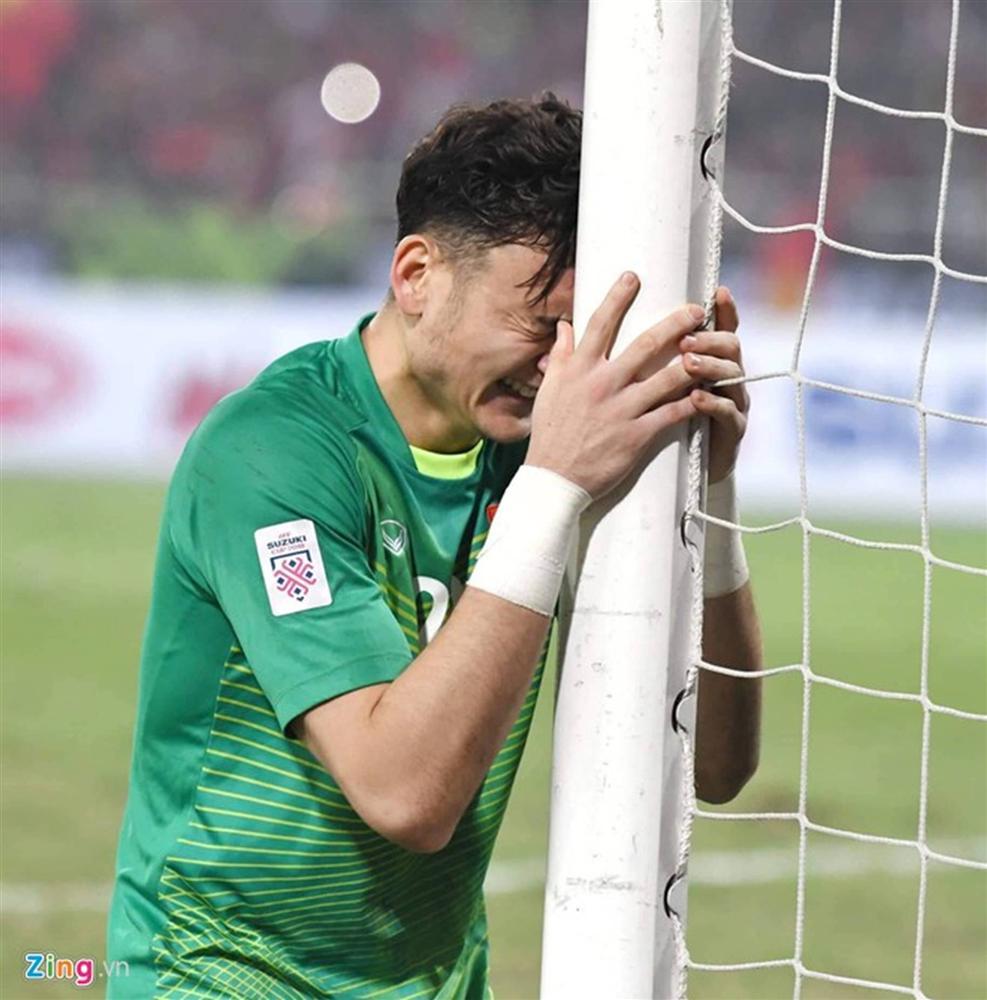 Văn Lâm hôn quốc kỳ sau khi cản penalty-5