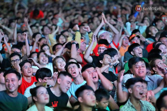 CĐV đồng loạt vỗ tay khi Anh Đức được tung vào sân, đá trận cuối cùng trong màu áo ĐT Việt Nam-15