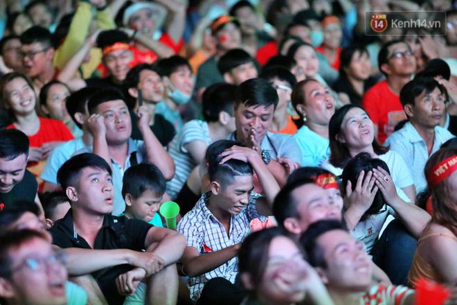 CĐV đồng loạt vỗ tay khi Anh Đức được tung vào sân, đá trận cuối cùng trong màu áo ĐT Việt Nam-17