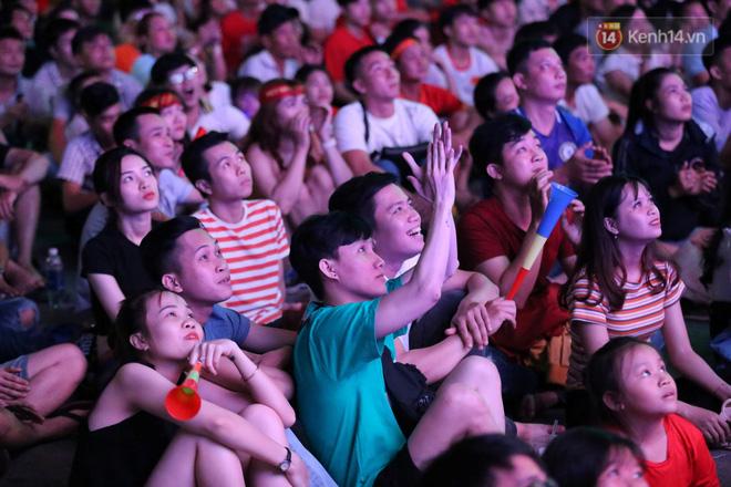 CĐV đồng loạt vỗ tay khi Anh Đức được tung vào sân, đá trận cuối cùng trong màu áo ĐT Việt Nam-9