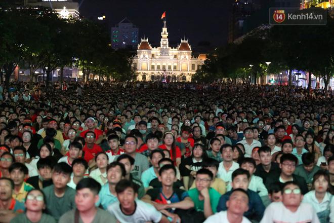 CĐV đồng loạt vỗ tay khi Anh Đức được tung vào sân, đá trận cuối cùng trong màu áo ĐT Việt Nam-10