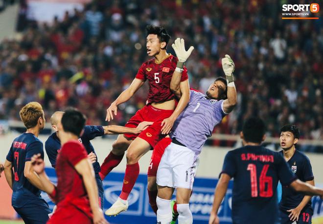 Bị tước bàn thắng, cầu thủ Việt Nam phản ứng dữ dội cho tới khi nhận ra điều này-11