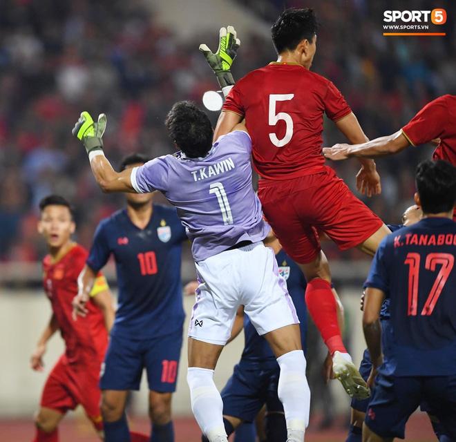 Bị tước bàn thắng, cầu thủ Việt Nam phản ứng dữ dội cho tới khi nhận ra điều này-13