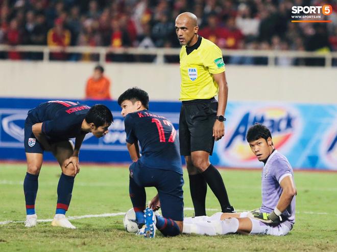 Bị tước bàn thắng, cầu thủ Việt Nam phản ứng dữ dội cho tới khi nhận ra điều này-16