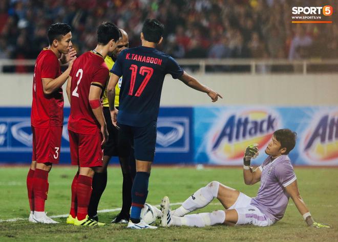 Bị tước bàn thắng, cầu thủ Việt Nam phản ứng dữ dội cho tới khi nhận ra điều này-9